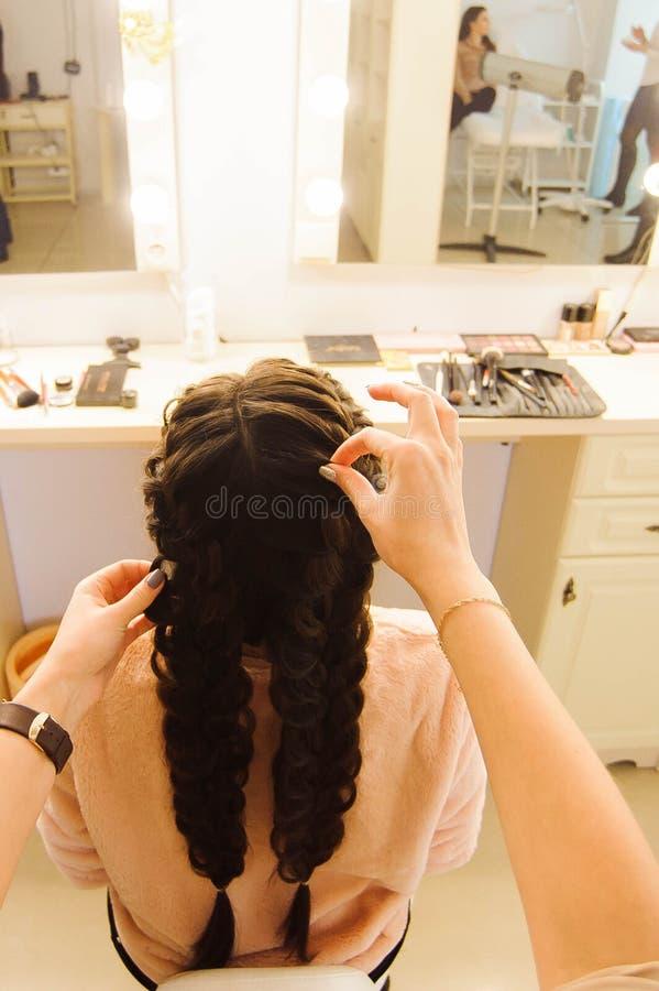 Bella donna che ottiene taglio di capelli dal parrucchiere nel salone di bellezza fotografia stock libera da diritti