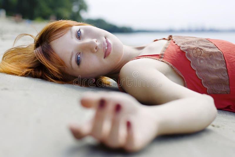 Bella donna che pone sulla sabbia fotografia stock libera da diritti
