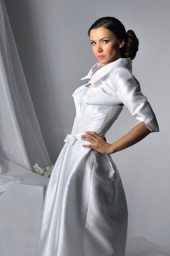 Bella donna che porta il vestito da cerimonia nuziale lussuoso fotografia stock