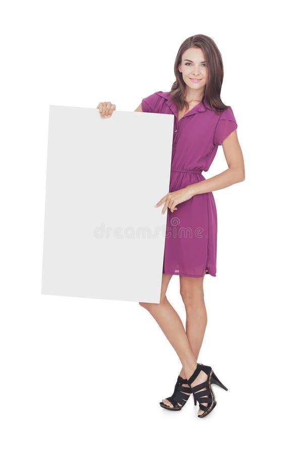 Bella donna che porta vestito casuale che tiene bordo in bianco fotografia stock libera da diritti