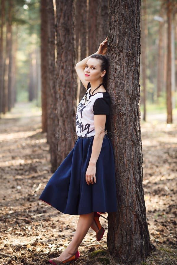 Bella donna che posa nel portra integrale all'aperto della foresta fotografie stock libere da diritti
