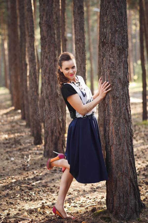 Bella donna che posa nel portra integrale all'aperto della foresta fotografie stock