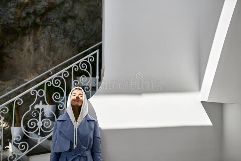 Bella donna che posa sulla vecchia via soleggiata della città immagine stock