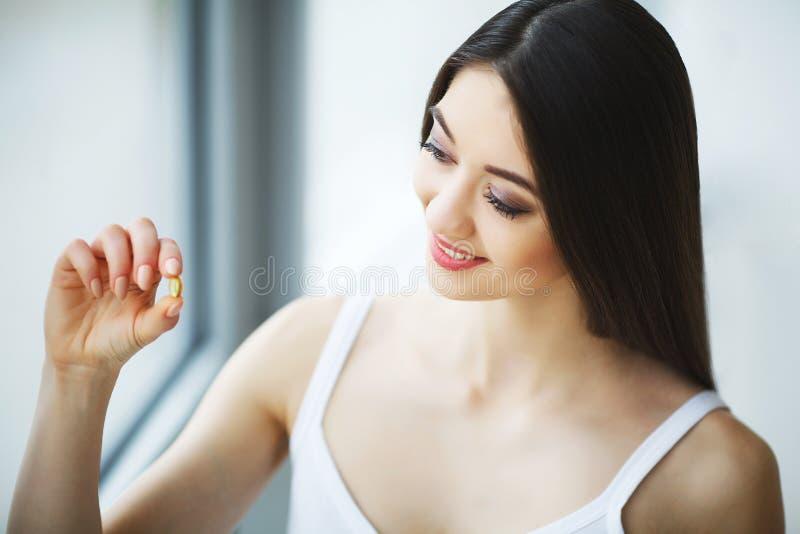 Bella donna che prende pillola, medicina Vitamine e supplementi fotografie stock