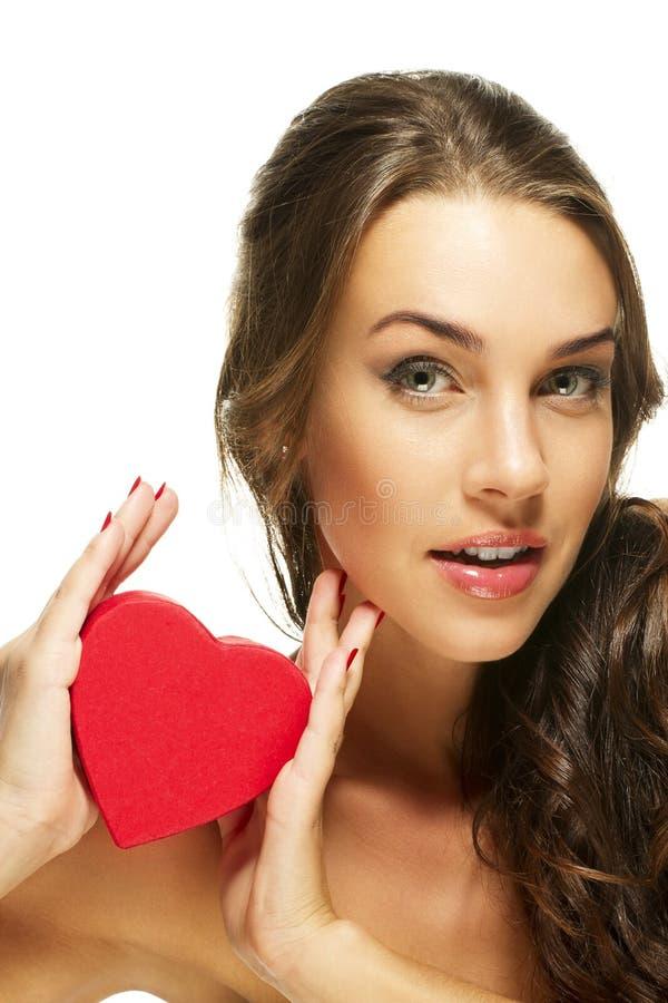 Bella donna che presenta cuore rosso immagini stock libere da diritti