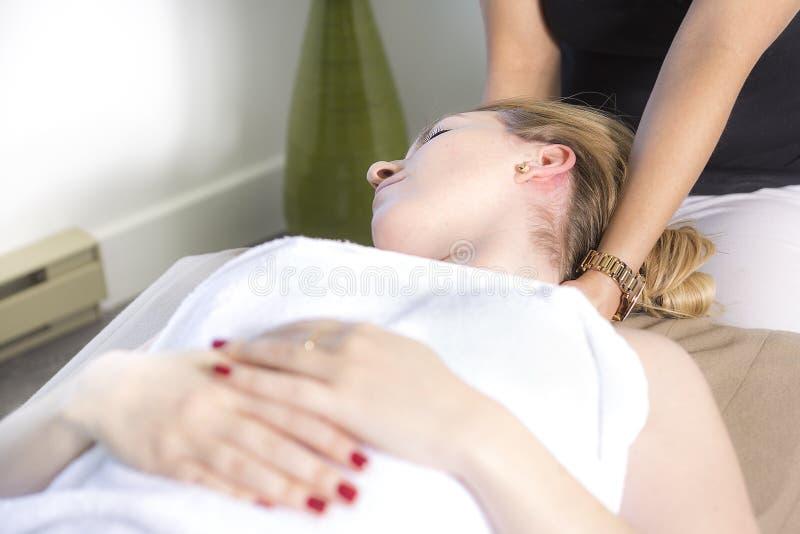 Bella donna che riceve massaggio dal terapista fisico fotografie stock libere da diritti