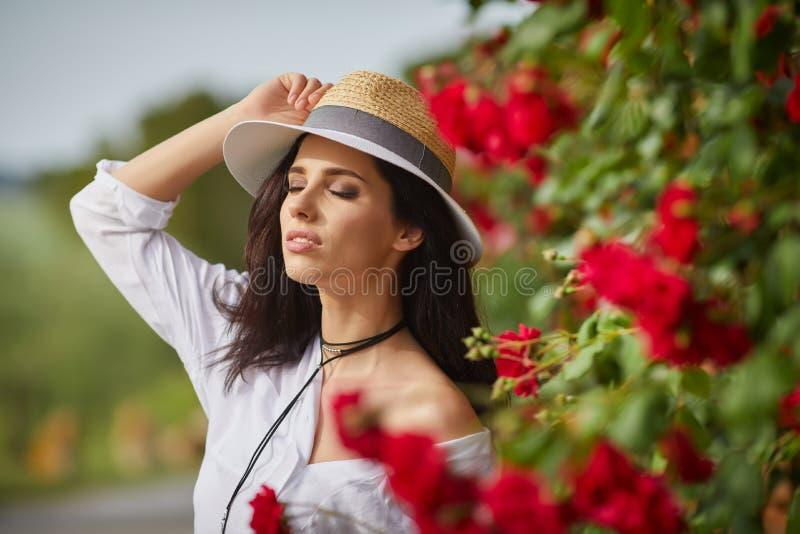 Bella donna che riposa di estate il giardino italiano immagine stock libera da diritti