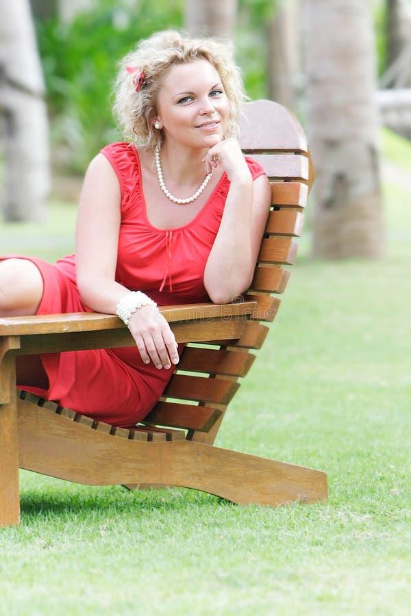Bella donna che riposa sullo sfondo naturale fotografia stock libera da diritti