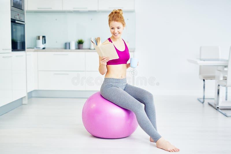 Bella donna che si rilassa dopo l'allenamento di forma fisica immagine stock