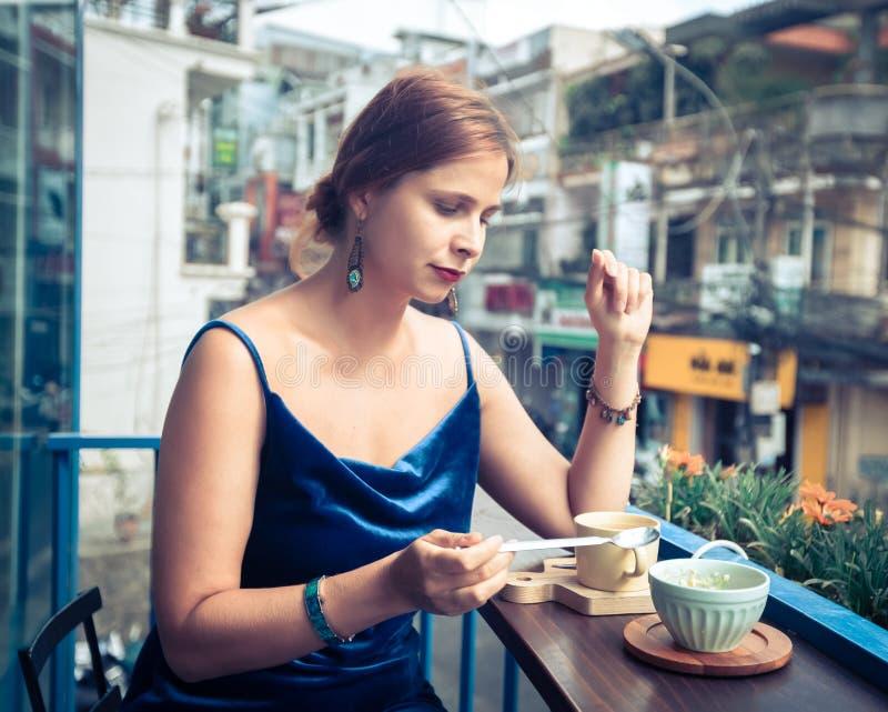 Bella donna che si siede sul terrazzo del caff? Vista panoramica della via della citt? del Lat del Da, piccola Parigi del Vietnam fotografie stock