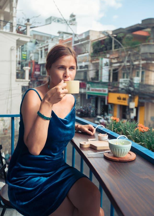 Bella donna che si siede sul terrazzo del caff? Vista panoramica della via della citt? del Lat del Da, piccola Parigi del Vietnam immagini stock