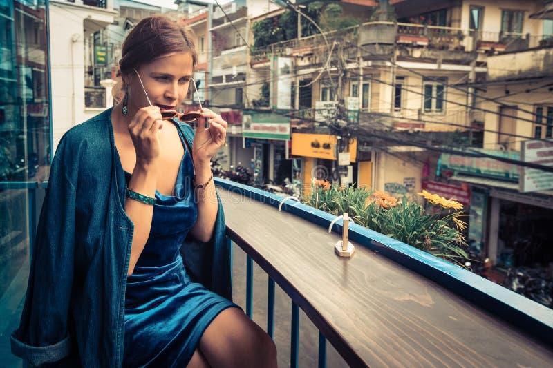 Bella donna che si siede sul terrazzo del caff? Vista panoramica della via della citt? del Lat del Da, piccola Parigi del Vietnam immagine stock libera da diritti