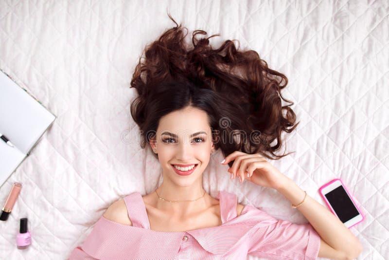 Bella donna che si trova sulla vista superiore del letto fotografia stock