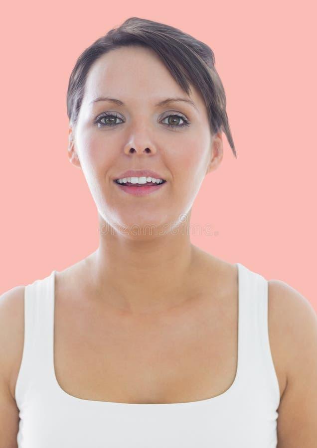 Bella donna che sorride alla macchina fotografica royalty illustrazione gratis