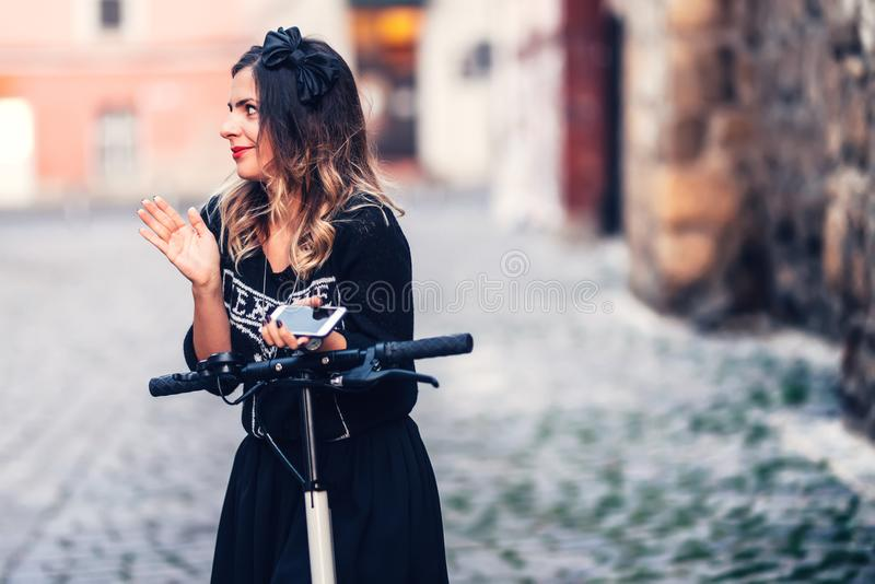 bella donna che sorride alla macchina fotografica, posante e godente di una r fotografia stock