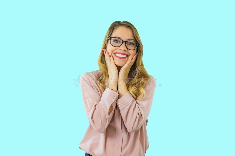 Bella donna che sorride con il sorriso perfetto ed i denti bianchi su un fondo isolato e che esamina macchina fotografica fotografia stock