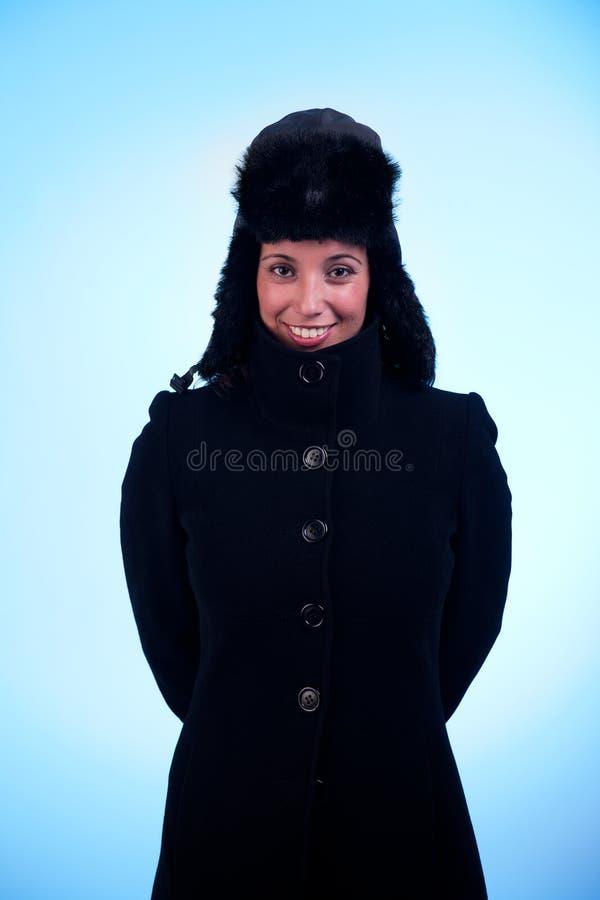 Bella donna che sorride, con una protezione e un cappotto fotografie stock