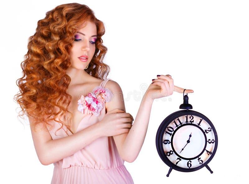 Bella donna che tiene un grande orologio fotografie stock libere da diritti