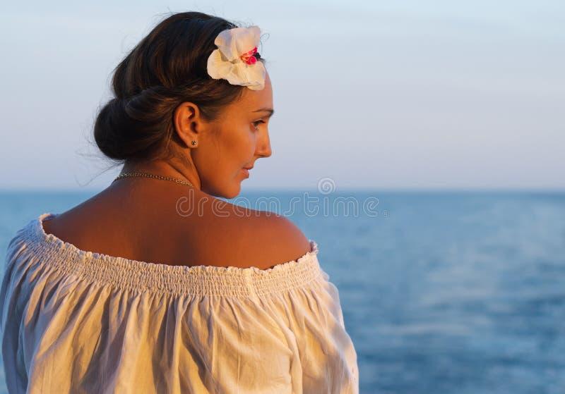 Bella donna che trascura l'oceano fotografie stock