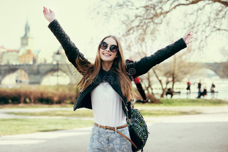 Bella donna che viaggia in Europa e che cammina sul parco a Praga Ragazza che ha fondo e che si tiene per mano su all'aperto immagini stock libere da diritti