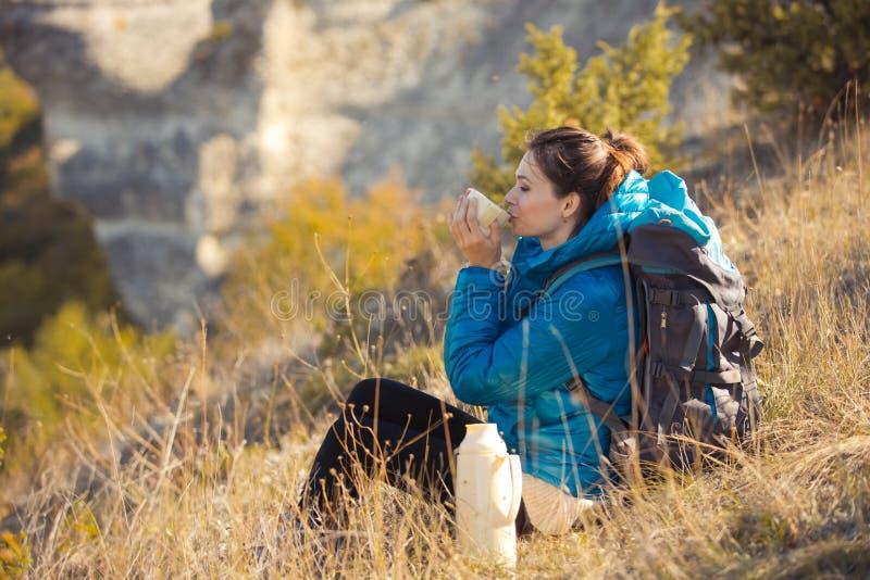 Bella donna che viaggia in montagne di autunno fotografia stock libera da diritti