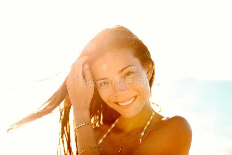 Bella donna cinese asiatica felice nel tramonto fotografia stock libera da diritti