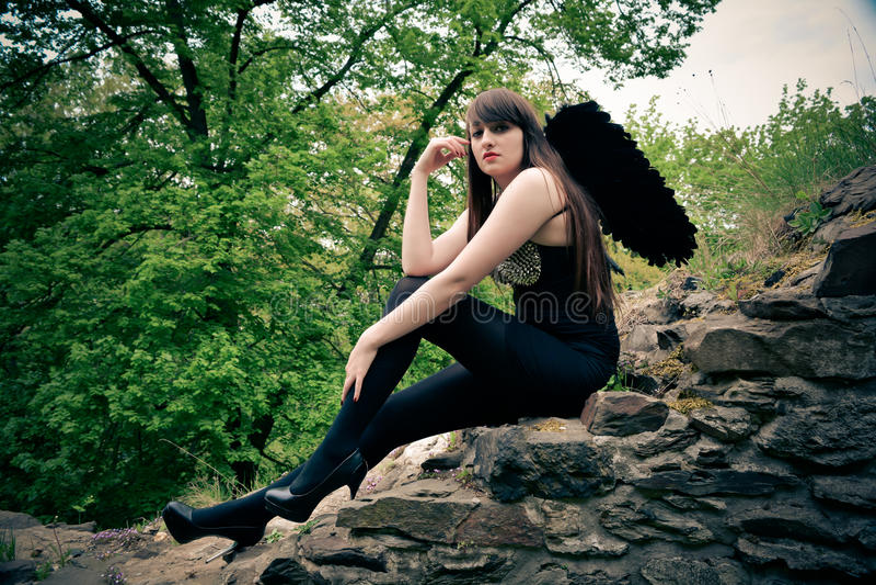 Bella donna come angelo nero fotografia stock