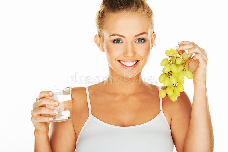 Bella donna con acqua e l'uva fotografia stock