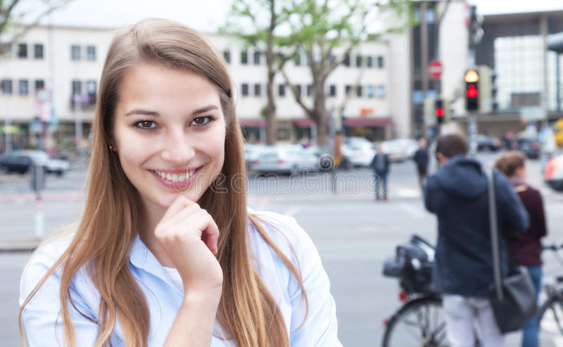 Bella donna con capelli biondi nella città immagini stock