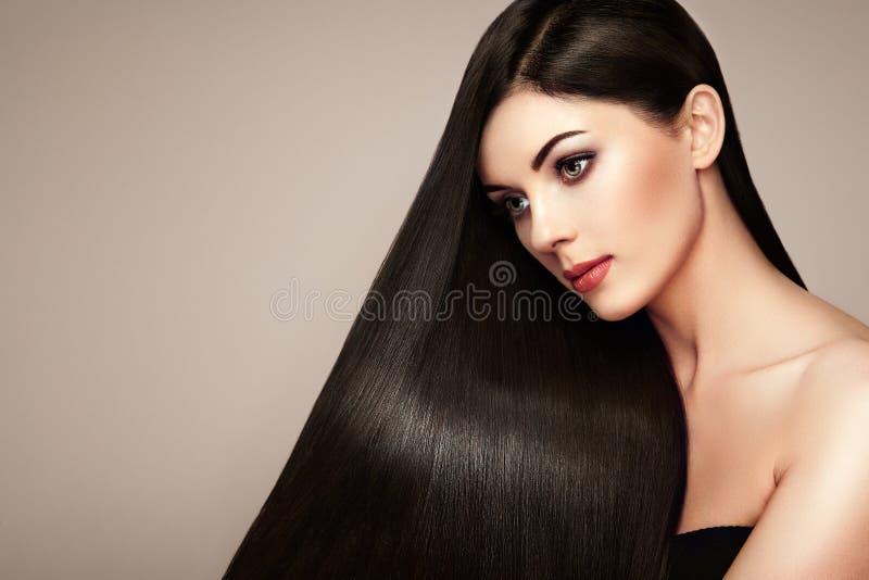 Bella donna con capelli lisci lunghi fotografia stock