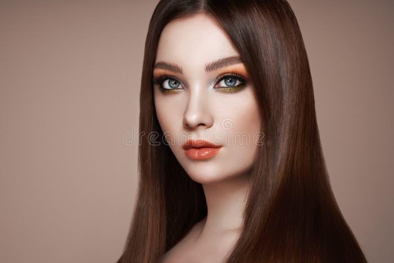 Bella donna con capelli lisci lunghi fotografie stock libere da diritti