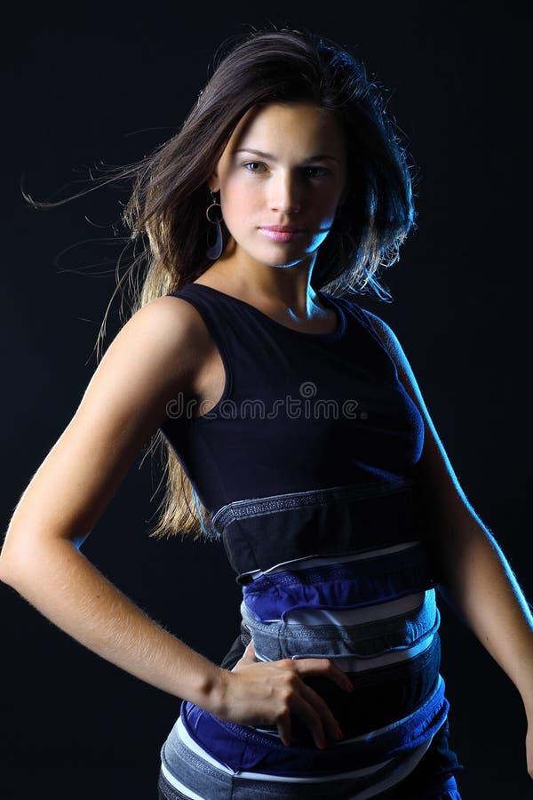 Bella donna con capelli lunghi che posano nello studio immagini stock