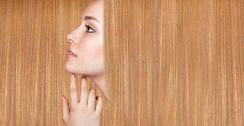 Bella donna con capelli lunghi lussuosi immagine stock libera da diritti