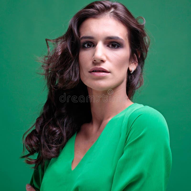 Bella donna con capelli lunghi ricci fotografia stock