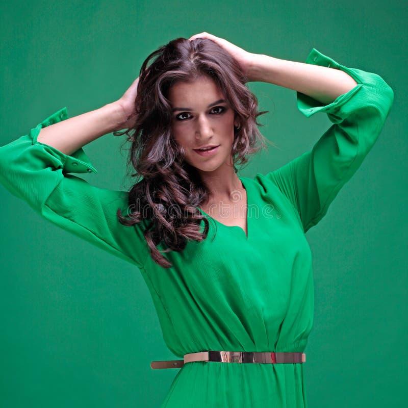 Bella donna con capelli lunghi ricci fotografie stock