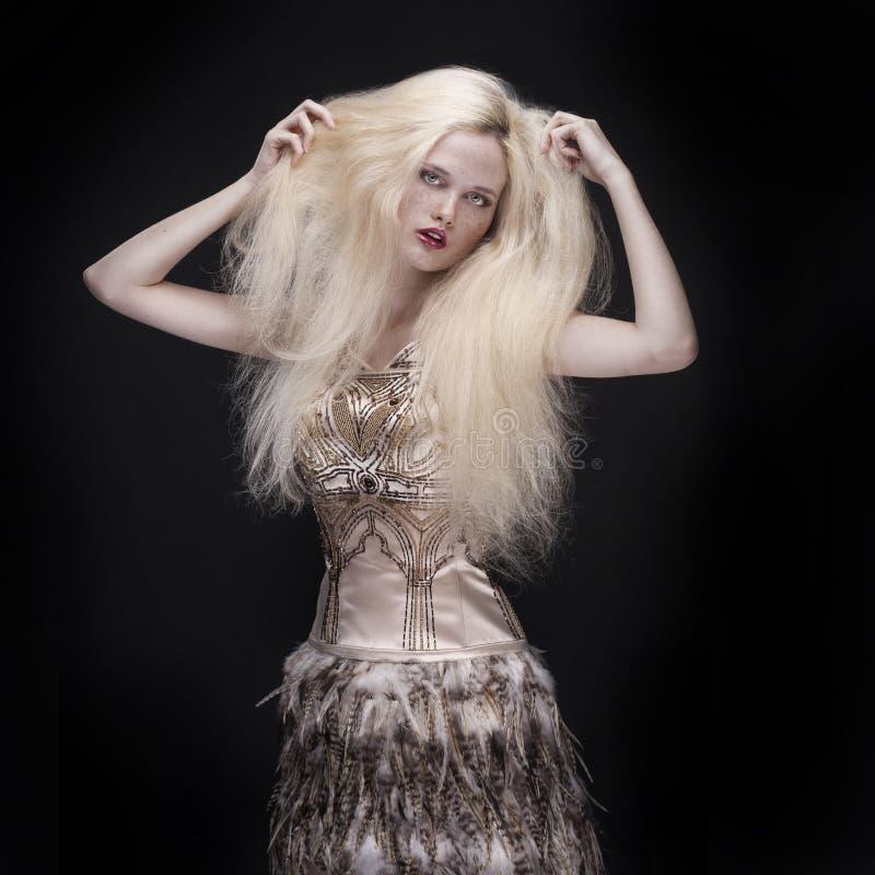 Bella donna con capelli lunghi su fondo scuro fotografie stock libere da diritti