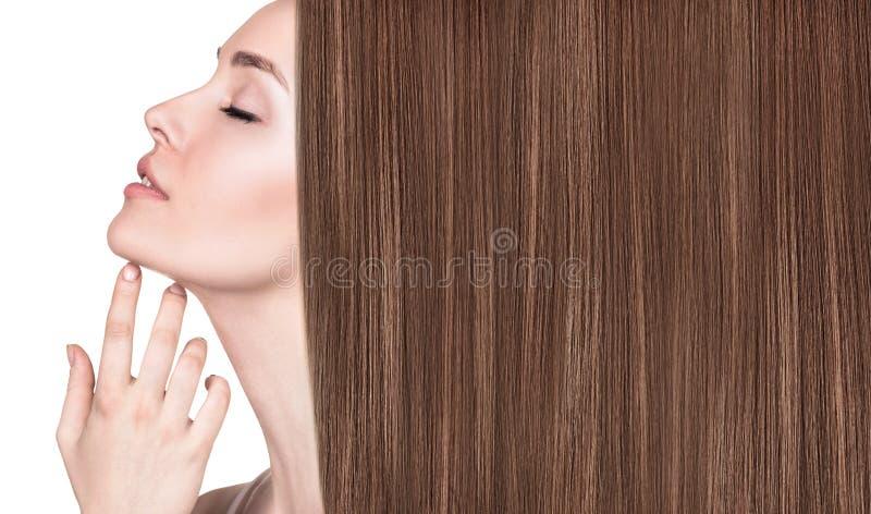 Bella donna con capelli marroni lunghi lussuosi fotografie stock