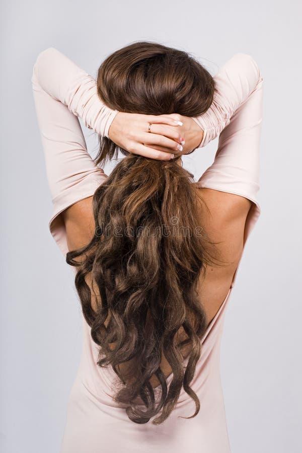 Bella donna con capelli ondulati lunghi. fotografie stock libere da diritti