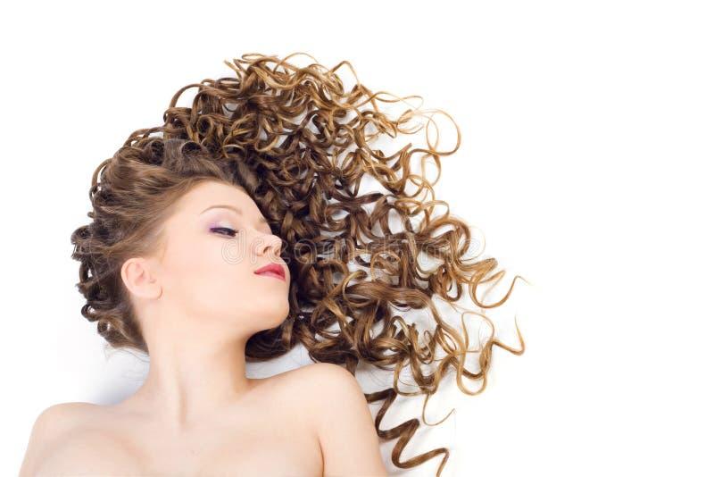 Bella donna con capelli ricci lunghi immagini stock libere da diritti