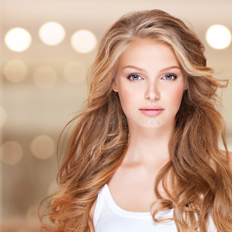 Bella donna con capelli ricci lunghi immagine stock