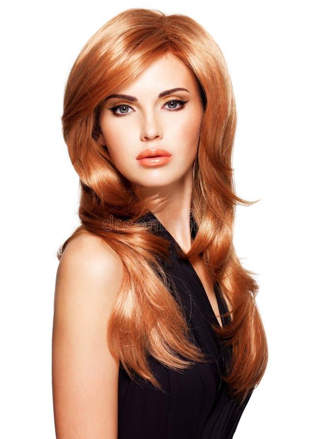 Bella donna con capelli rossi lungamente diritti in un vestito nero. fotografia stock libera da diritti