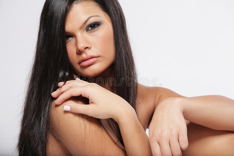 Bella donna con capelli scuri lunghi. fotografia stock
