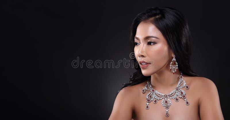Bella donna con Diamond Bib Necklace per la festa di Natale immagini stock libere da diritti