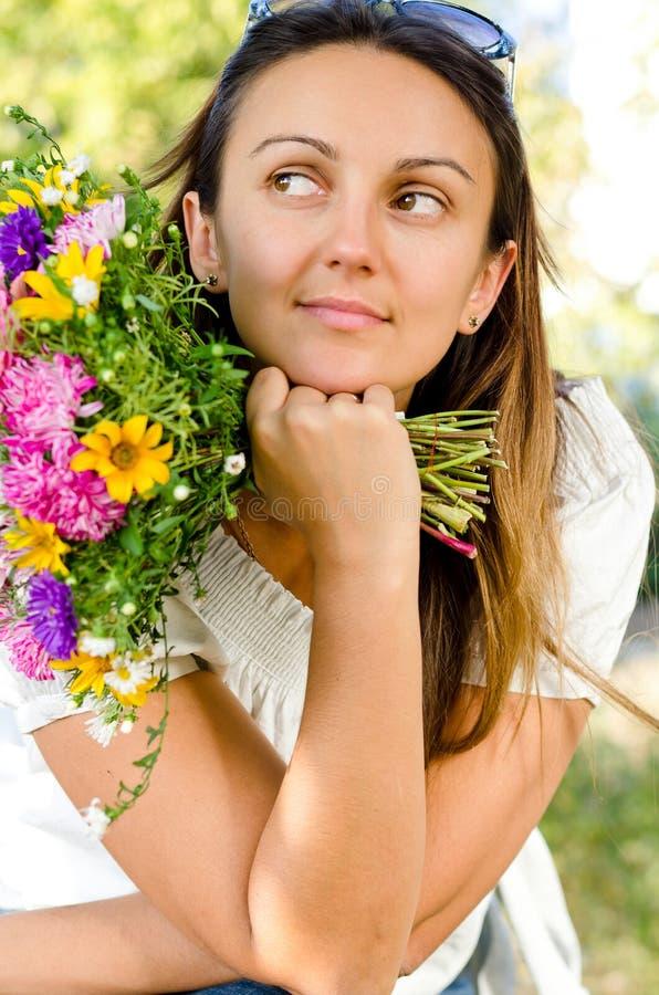 Bella donna con fantasticare dei fiori immagini stock