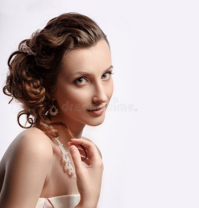 Bella donna con gioielli sulla sua testa Ritratto della sposa fotografia stock libera da diritti