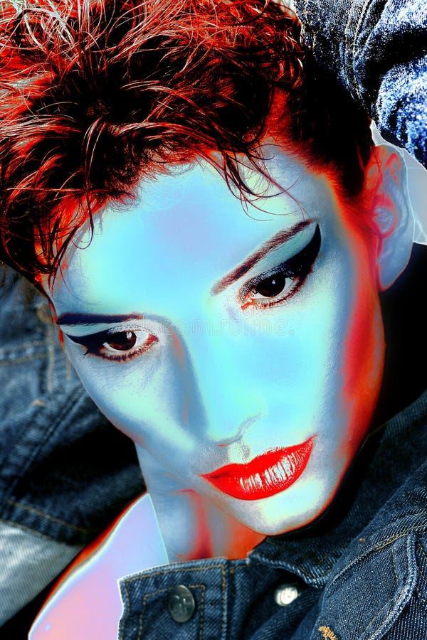 Bella donna con i capelli diritti lunghi di colore rosso ed il trucco di stile fotografia stock libera da diritti