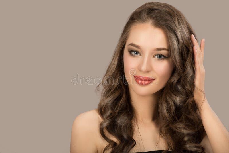 Bella donna con i capelli ricci di Brown hairstyle fotografia stock