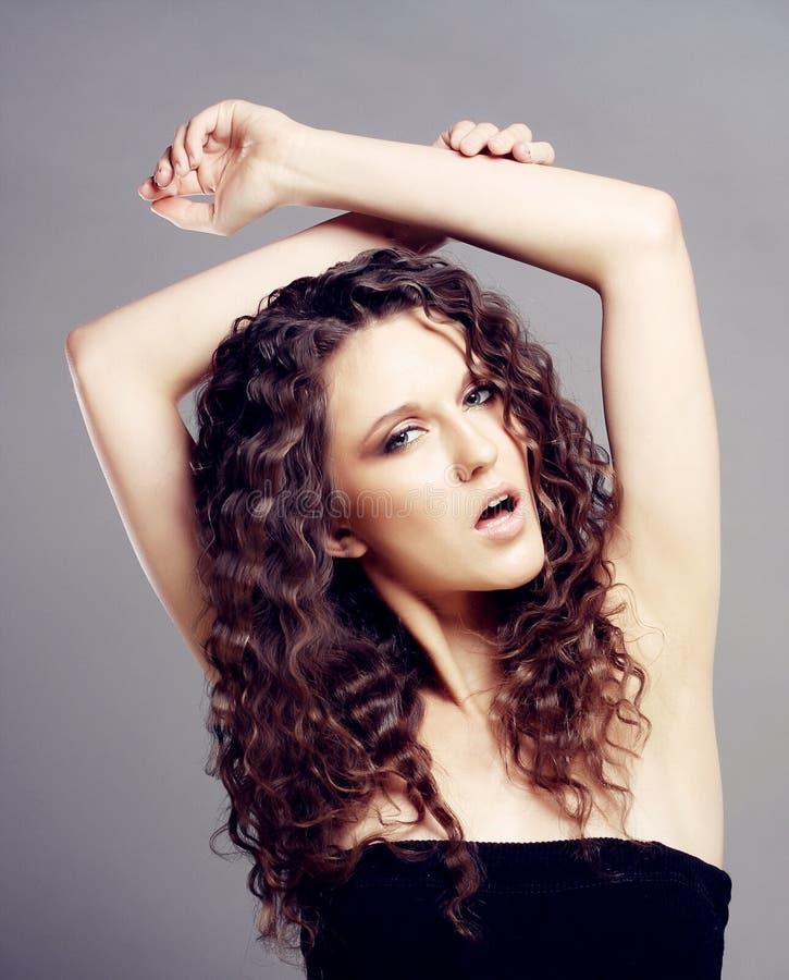Bella Donna Con I Capelli Ricci Lunghi Foto Stock ...