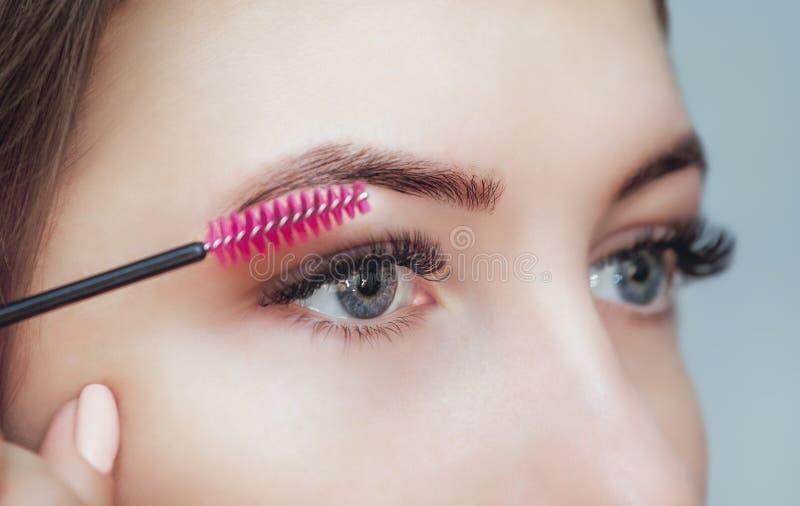 Bella donna con i cigli lunghi in un salone di bellezza fotografie stock
