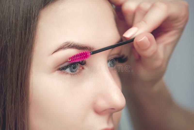 Bella donna con i cigli lunghi in un salone di bellezza fotografia stock libera da diritti